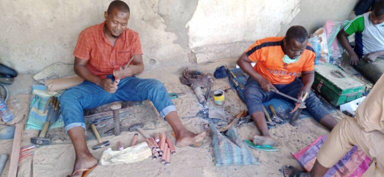 Tchad : Aboubacar et Souleymane tirent  leurs revenus d'un métier négligé : forgeron