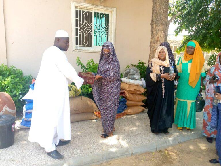 Tchad : le personnel de la CNPS remet des vivres et non vivres aux personnes démunies