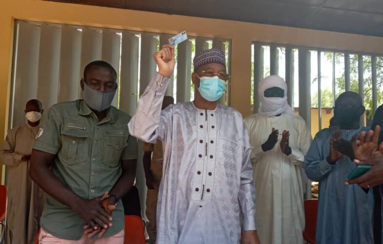 Le gouverneur du Guéra retire sa carte d'électeur