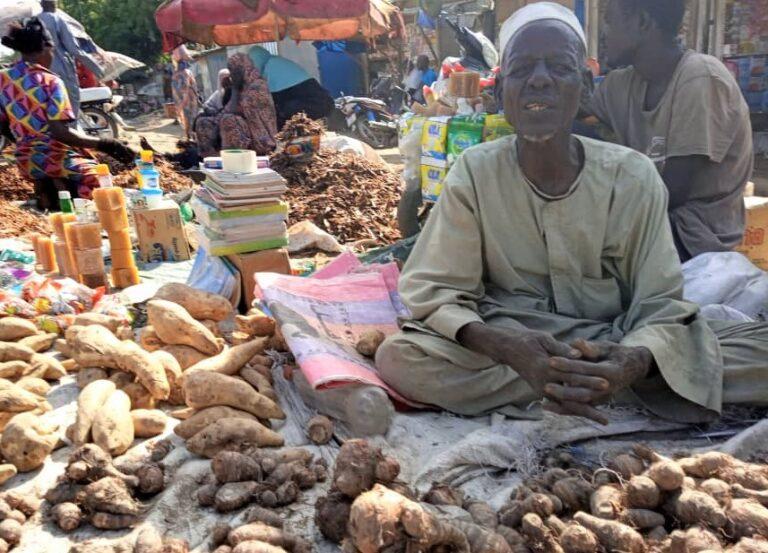 """Confinement : """" je ne peux pas rester à la maison alors que j'ai des enfants à nourrir"""", Ahmad, commerçant"""
