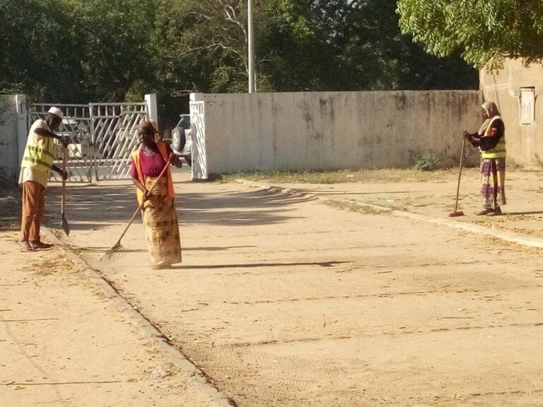 Tchad : en attendant la reprise, les élèves du lycée Eboué mettent la propreté dans leur établissement
