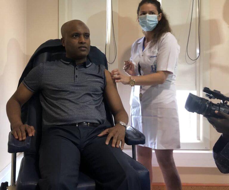 Santé : Dr Abdoulaye Sabre Fadoul est le premier à être vacciné contre la Covid-19 au Tchad