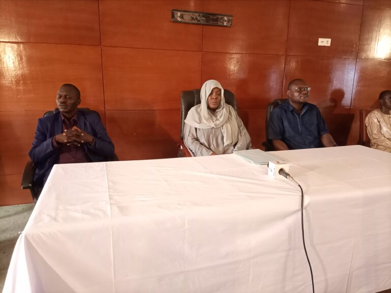 Tchad : la Directrice générale de la STE échange avec la population d'Abéché sur le problème d'eau potable
