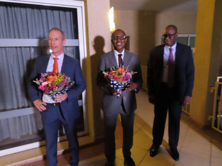 Tchad : passation de service entre le Directeur général pays sortant de Bolloré Transport & Logistics et son successeur lors d'un cocktail