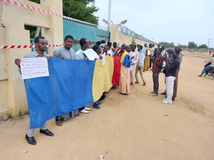 """تشاد: """"لا لإقصاء اللغة العربية"""" إحتجاجات أمام المدرسة الوطنية للإدارة ٬ ENA."""